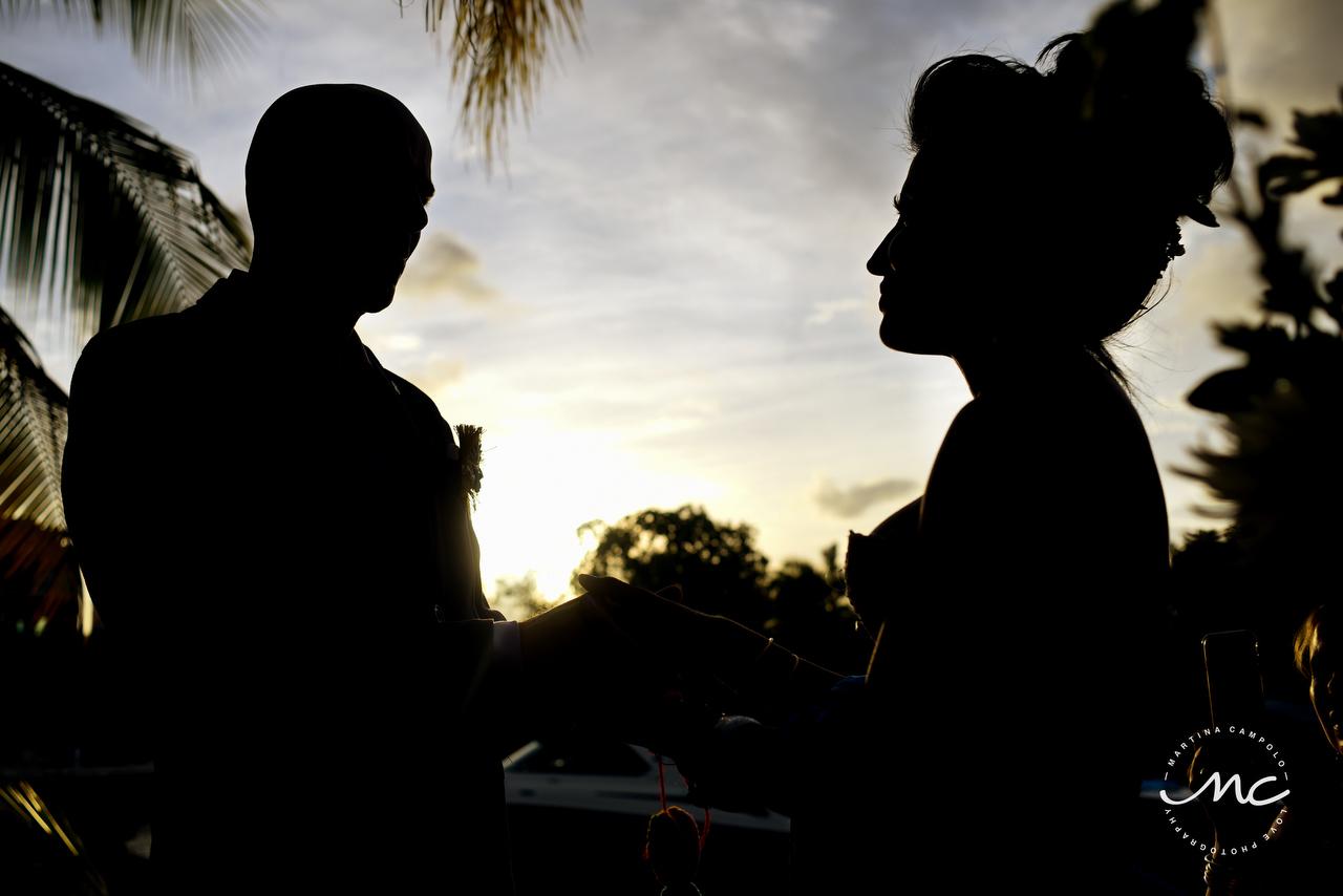 Bride and Groom silhouettes. Puerto Aventuras Wedding. Martina Campolo Photographer