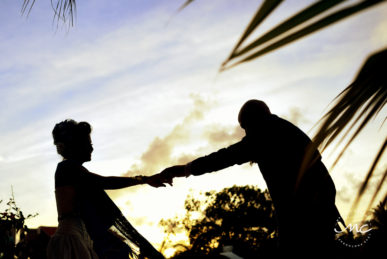 Bride and Groom silhouettes. Puerto Aventuras Intimate Wedding. Martina Campolo Photographer