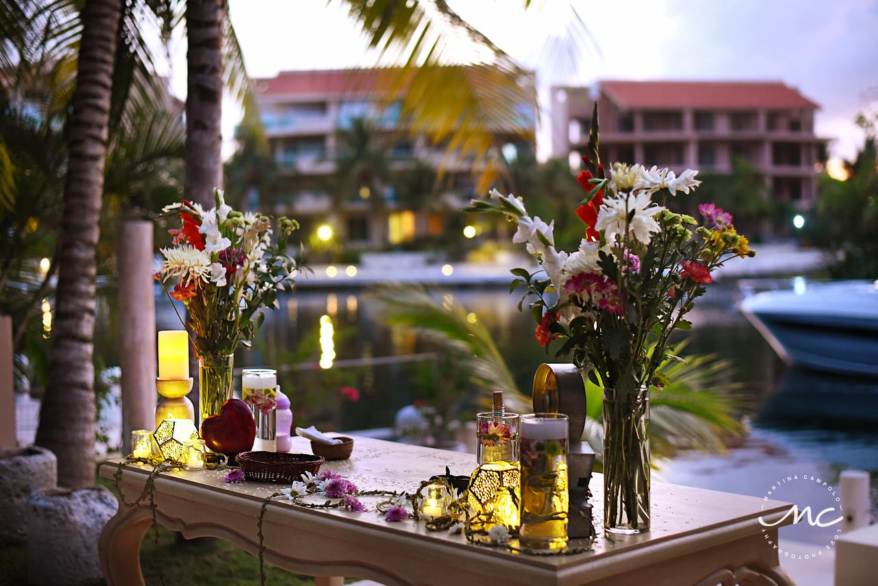 Wedding flowers and decor for Puerto Aventuras Villa Wedding, Mexico. Martina Campolo Photography