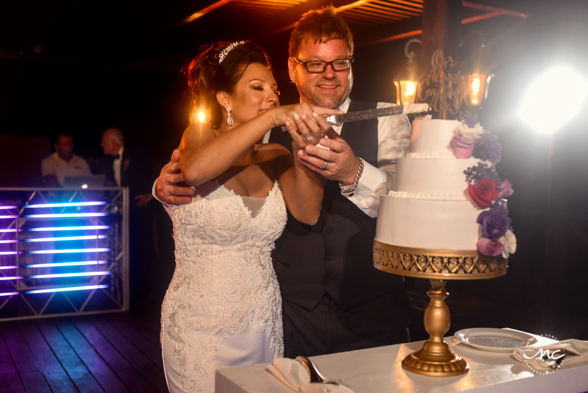 Cake cutting moment at Now Sapphire Riviera Cancun, Mexico. Martina Campolo Photography