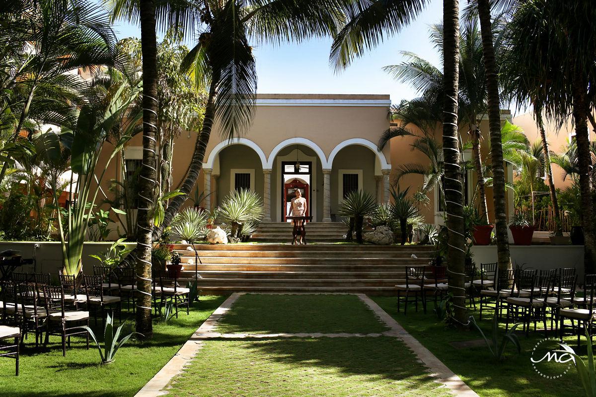 Wedding officiant ready for ceremony. Hacienda del Mar, Riviera Maya, Mexico. Martina Campolo Photography